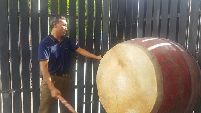 Tiếng trống trường vang lên khi linh cữu của PGS Văn Như Cươngđi ngang qua cổng trường.