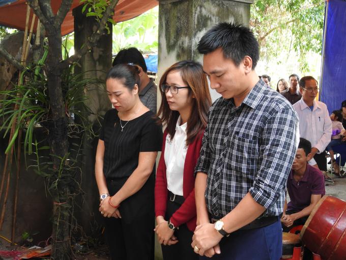 Các đồng nghiệp là việc tại Thông tấn xã Việt Nam đến chia buồn.