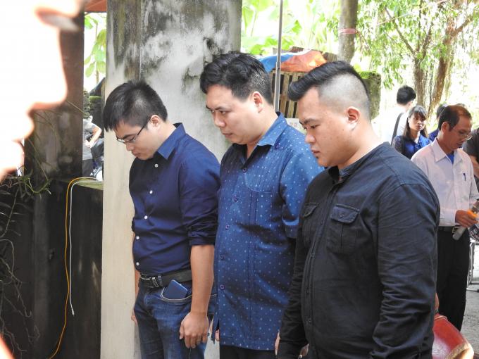 Bạn bè đồng nghiệp cũng có mặt sẻ chia nỗi buồn với gia đình Phóng viên Đinh Hữu Dư.