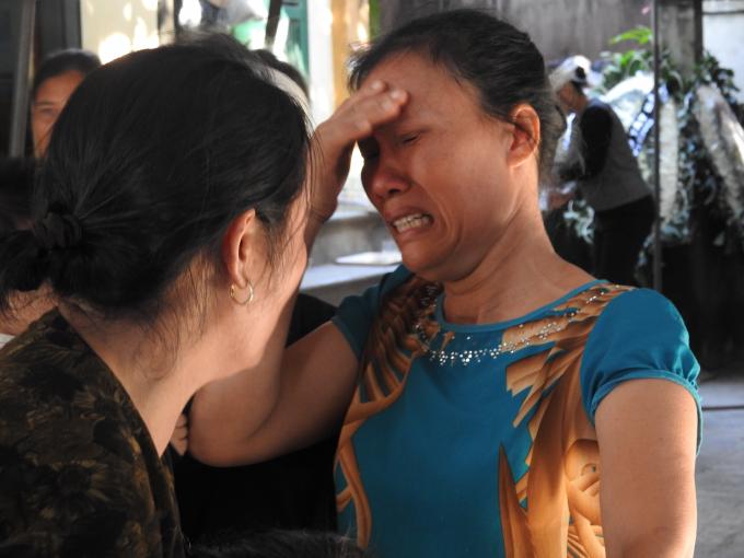 Người thân khóc ngất vì sự ra đi đột ngột của Đinh Hữu Dư.