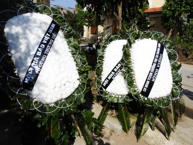 Những vòng hoa trắng thể hiện sự tiếc thương dành cho người phòng viên sinh năm 1988.