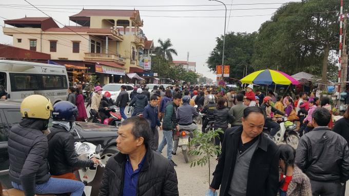 Phiên chợ thu hút khá nhiều nguời về tham quan và mua sắm.