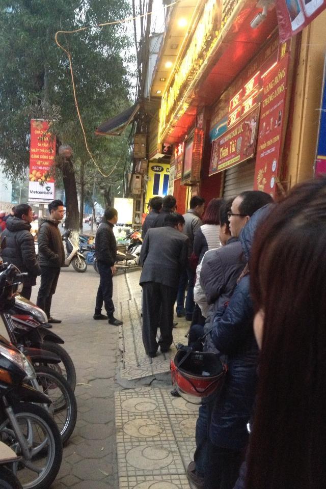 Rất đông người phải xếp hàng từ sáng để mua được vàng ngày vía Thần Tài.
