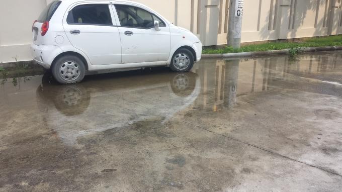 Là bãi để xe và nước đọng.
