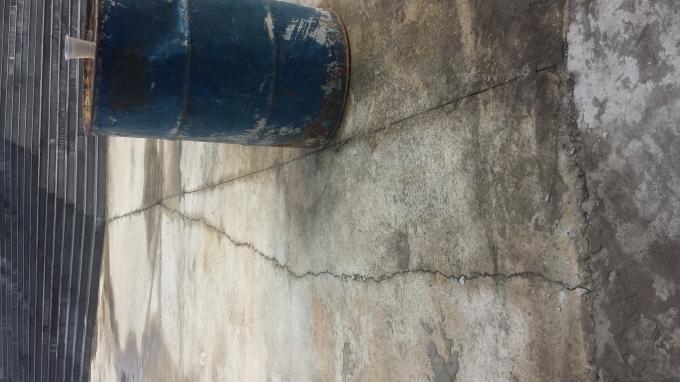 Công trình đã xuất hiện các vết nứt ở mặt sân.