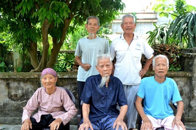 5 anh em cụ Hướng gần trăm tuổi sống quây quần bên nhau. Ảnh: Đ.Tuỳ.