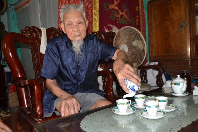 Cụ Nguyễn Văn Hướng (102 tuổi, anh cả) nhưng cụ vẫn minh mẫn, khoẻ mạnh.