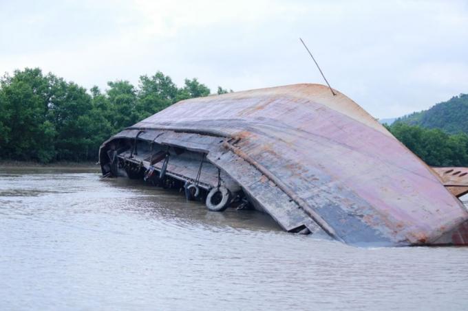 Tàu vận tải HD 1889 của Công ty TNHH Vận tải Xây dựng và Thương mại Trung Hiếu bị lật sau cú đâm trực diện vào mạn thuyền.