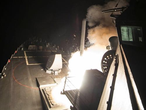 Một tên lửa Tomahawk phóng từ tàu khu trục USS Ross sáng 7/4. Ảnh:Reuters.