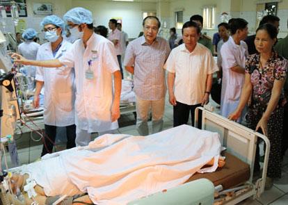 Bí thư Tỉnh uỷ Hoà Bình ông Bùi Văn Tỉnh thăm các bệnh nhân.