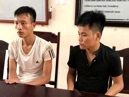 Hai đối tượng Vũ (bìa trái) và Dương Đình Trường (bìa phải) tại cơ quan điều tra.