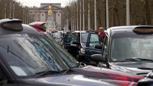 Tài xế taxi truyền thống biểu tình ở London năm 2016 phản đối taxi công nghệ (ảnh: AFP)