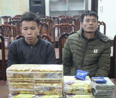 Hai cha con Quang Văn Aivà Quang Văn Toàncùng tang vật tại cơ quan công an.