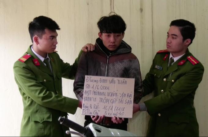 Đối tượng Đinh Văn Tuân (SN 2001) trú tại huyện Văn Chấn, tỉnh Yên Bái tại cơ quan công an.