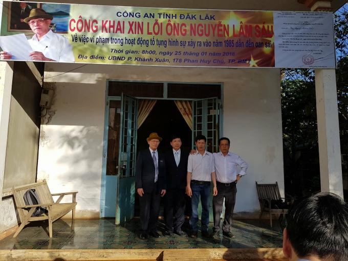 Ông Nguyễn Lâm Sáu và các con trước giờ đi dự buổi công khai xin lỗi ông củaCông an tỉnh Đắk Lắk.