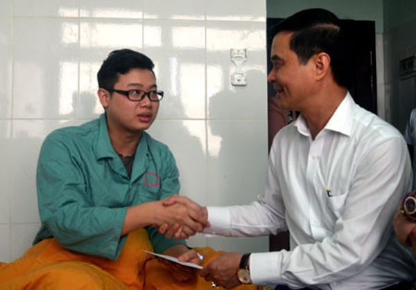 Bác sỹ bị người nhà bệnh nhân được lãnh đạo đến thăm và động viên.