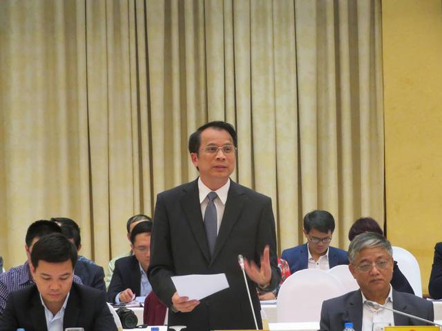 Thứ trưởng Bộ Giáo dục và Đào tạo trả lời tại buổi họp báo.