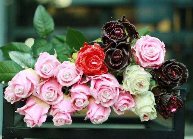 """Các loại hoa hồng phủ socola nhiều màu là sản phẩm """"hot"""" trong dịp này."""