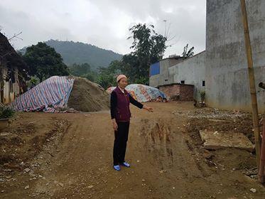 Bàbà Đồng Thị Hiếu chỉ khu đất gia đình bà quản lý gần 30 năm nay bị chính quyền cưỡng chế.