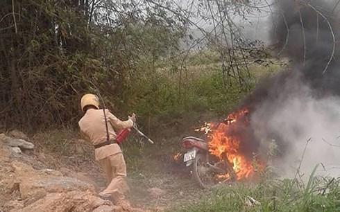 Cảnh sát giao thông phải tiến hành dập lửa sau khi sự việc xảy ra.
