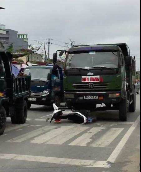 Chiếc xe tải húc đổ xe CSGT.