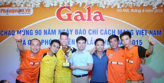 Ông Khúc Hữu Thanh Hải - Chủ tịch danh dự FC Phóng viên chụp ảnh lưu niệm với CLB Phóng viên Pháp Luật.