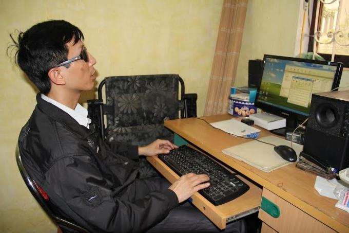 Dù bị khiếm thị nhưng anh Việt thể nói tiếng anh như gió, sử dụng máy vi tính thành thạo và chụp được những bức ảnh đẹp cho bài báo.