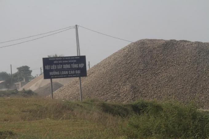Hiện trường các bãi tập kết cát, sỏi vi phạm đê tả sông Hồng. (ẢNh: Xuân Hồng)