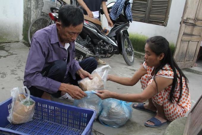 Trong vòng một tuần xóm chạy thận có thể thu hoạch được 20kg rau, với giá bán 50 nghìn đồng/kg.