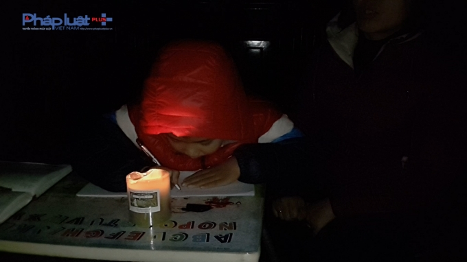 Những ngày mưa 3 cháu nhỏ nhà chị Hiền phải mò mẫm học trong đêm tối.