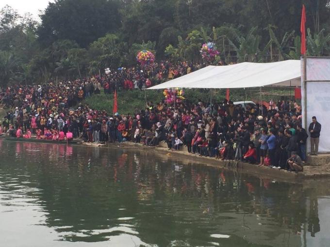 Đông đảo khán giả đứng trên bờ cổ vũ cho các thuyền đua. (Ảnh: Ngọc Diệp).