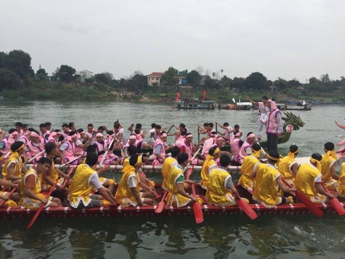 Các thuyền đua quyết liệt đọ sức từng mét nước. (Ảnh: Ngọc Diệp).