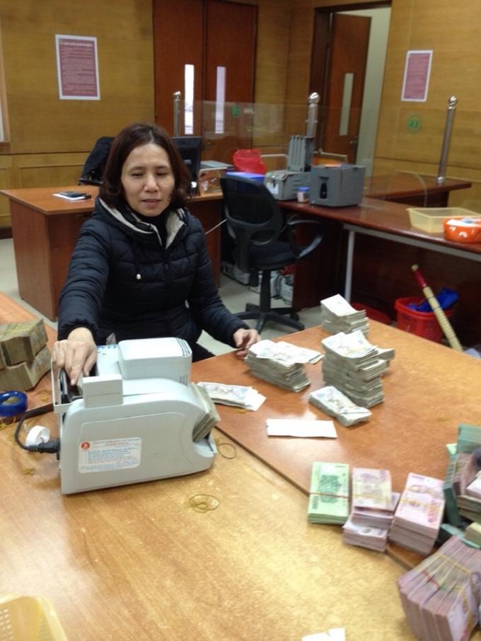 Chị Nguyễn Thị Châu, cán bộ Agribank chi nhánh TP Vinh (Nghệ An) trả lại nhiều món tiền thừa nhất toàn hệ thống.