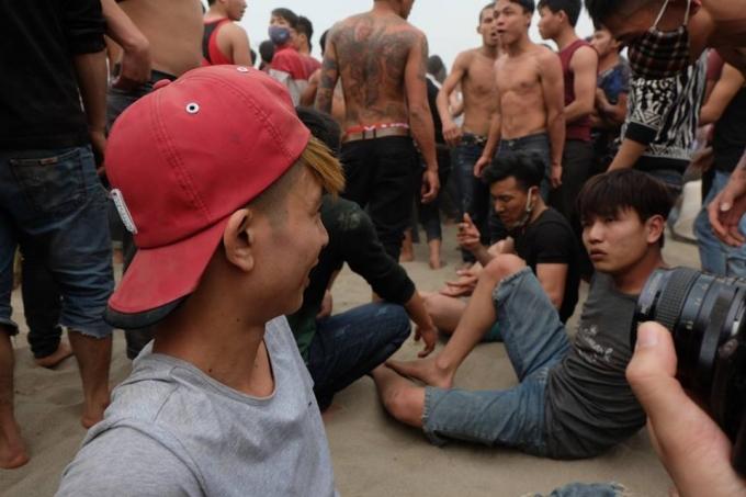 Các thanh niên đã thấm mệt sau khi kết thúc màn cướp phết.
