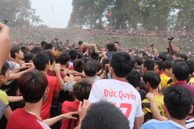 Rất đông đảo thanh niên tham gia vào Lễ hội và tiếng reo hò cổ vũ từ người dân.
