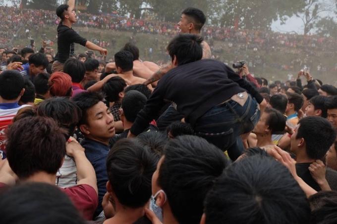Hàng trăm thanh niên đã giẫm đạp lên nhau,chen lấn, xổ đẩy để...