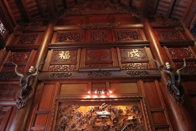Bức chắn vách tòa nhà chính điện với nhiều hoa văn tỉ mỉ, chạm trổ sắc sảo và 2 đầu sừng linh dương.