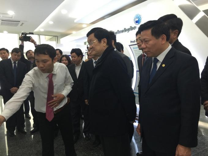 Chủ tịch nước nghe kỹ thuật giới thiệu về dây truyền sản suất điện thoại ở Công ty TNHH Crucialtech vina.
