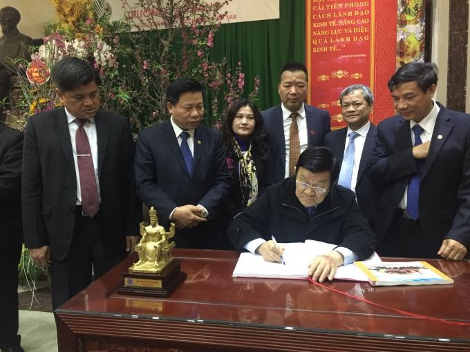 Chủ tịch nước viết lưu niệm tại Đình Đền Tướng Quốc LinhTừ.