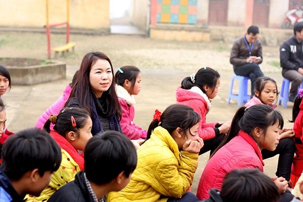Giảng viên Thu Hà hòa mình với các em học sinh trường PTDT Dần Thàng.