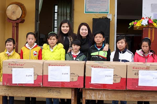 Giảng viên/ca sỹ Thu Hà cùng ca sỹ Thu Huyền, Đài tiếng nói Việt Nam cùng các em học sinh.
