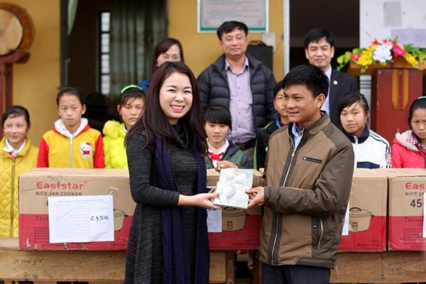 Giảng viên Sư phạm tặng quà Xuân cho thầy trò miền núi Lào Cai.