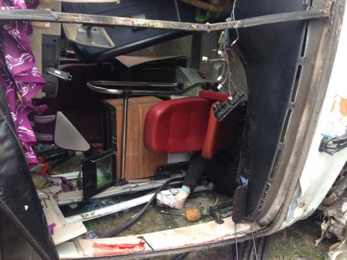 Đầu chiếc xe khách cũng bị hư hỏng nặng. (Ảnh: Duy Long).