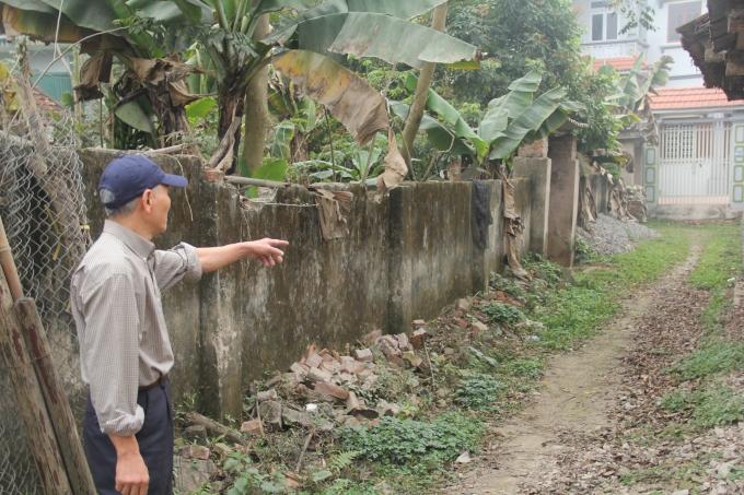 Phần ngõ đi chung của gia đình ông Thanh bị xâm chiếm.