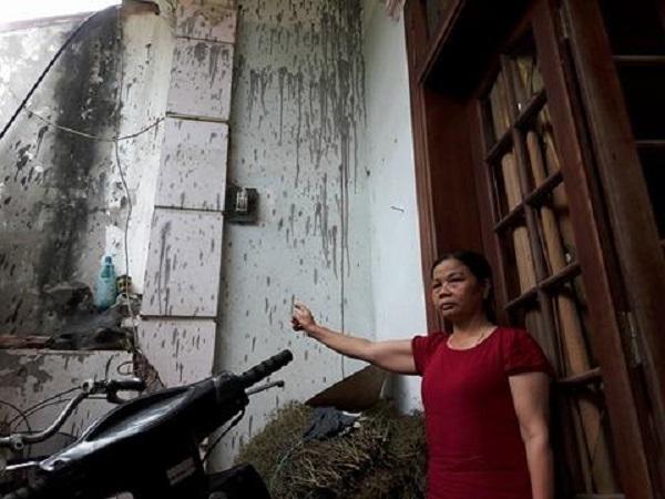 Vết dầu nhớt mà đối tượng lạ mặt ném vào nhà bà Tuyết.