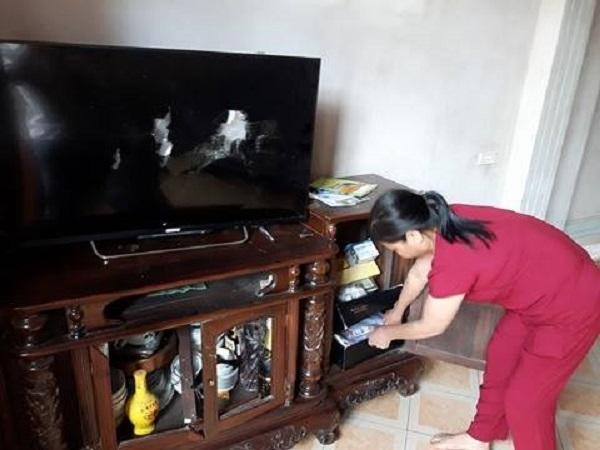 Chiếc ti vi của gia đình bị các đối tượng đập phá kèm theo số tiền hơn 70 triệu đồng không cánh mà bay.