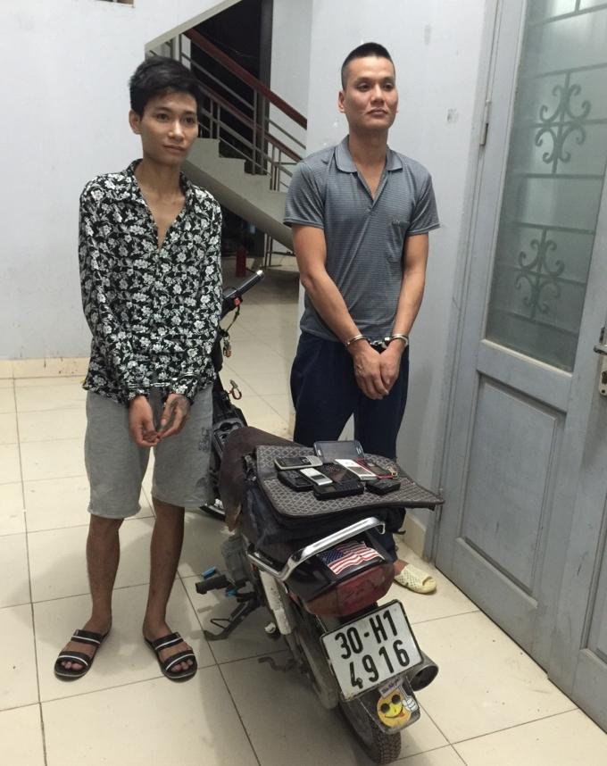 Nguyễn Phan Tuyến cùng tang vật tại cơ quan Công an.