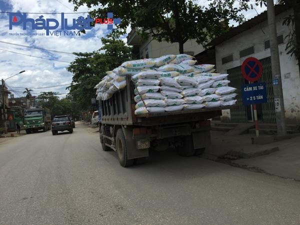 Chiếc xe tải mang BKS 24C – 053.05 còn tự ý dừng đỗ tại nơi có biển cấm, thùng xe được chất đầy hàng có ngọn.
