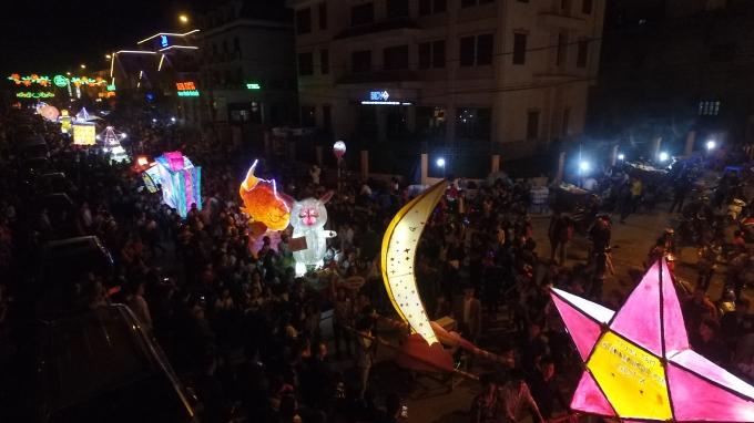 Hàng nghìn người dân từ các huyện, TP Lào Cai đều đổ về Sa Pa tham dự lễ rước đèn trung thu.