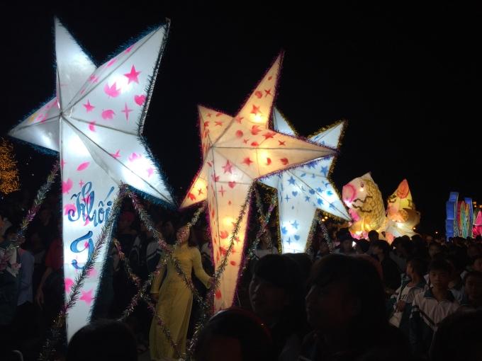Những chiếc đèn ông sao được các em học sinh khối 9 trang trí đẹp mắt.